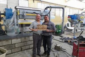 O cliente estava satisfeito com a máquina de fabrico de bandejas de papel