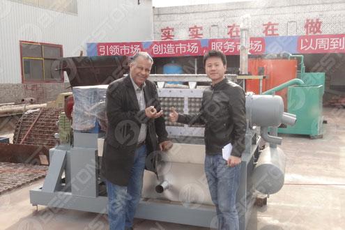 Покупатель из Алжира получил хорошие отзывы о машине для лотков для яиц